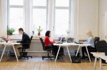 Vista laterale delle persone che lavorano in ufficio — Foto stock