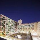 Житлові будинки з windows освітленій вночі — стокове фото