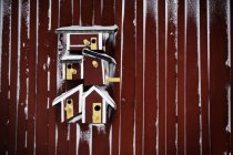 Червоний птах будинків на Червона стіна — стокове фото