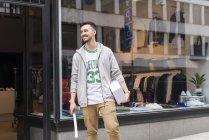 Homme debout devant le magasin de vêtements — Photo de stock