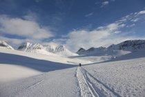 Заснеженный горный пейзаж с дальних туристов — стоковое фото