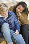 Visão elevada de mensagens de texto adolescentes no parque — Fotografia de Stock
