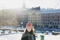 Ritratto di donna in città, focus selettivo — Foto stock