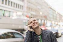 Homem adulto médio falando em telefone inteligente, foco seletivo — Fotografia de Stock