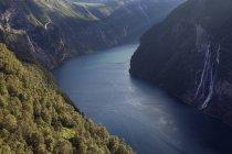 Фіорд води і зелені пагорби в сонячному світлі — стокове фото