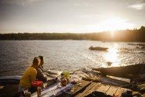 Pares que olham o por do sol, foco seletivo — Fotografia de Stock