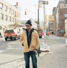 Homem de pé na rua em Nova York, foco em primeiro plano — Fotografia de Stock