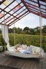 Mulher sênior dormindo no balanço no jardim — Fotografia de Stock