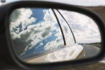 Reflexion des blauen Wolkenhimmel in Auto-Fenster und Spiegel — Stockfoto