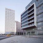 Edificios modernos con el movimiento difuminado coche taxi en la carretera - foto de stock