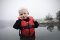 Vista frontale del ragazzo con capelli biondi, Vidinge — Foto stock