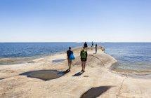 Пять человек, прогулки вдоль побережья — стоковое фото