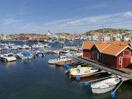 Küstengebäude und Boote in gleißendem Sonnenlicht festgemacht — Stockfoto