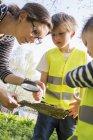 Женщина заботится о детях на открытом воздухе — стоковое фото