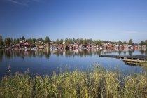 Falu червоний будинків і синього неба, що відбиваються у воді — стокове фото