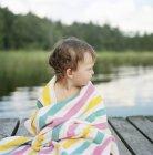 Portrait de fille enveloppé dans une serviette, se concentrer sur l'avant-plan — Photo de stock