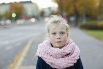 Portrait de jeune fille le jour de l'automne, mise au point sélective — Photo de stock