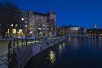 Blick auf Hafen und Parlamentsgebäude in der Abenddämmerung — Stockfoto