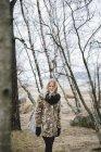 Усміхаючись молодою жінкою в голом ліс — стокове фото
