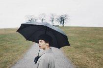 Retrato de mulher segurando guarda-chuva ao ar livre — Fotografia de Stock