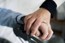 Крупный план женской руки, держащей пожилых пациентов за руку, избирательный фокус — стоковое фото