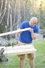 Человек строит теплицу, избирательный фокус — стоковое фото