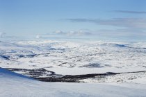 Winterlandschaft mit schneebedeckten Bergen und Tälern — Stockfoto