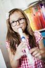 Ragazza che suona il flauto, concentrazione selettiva — Foto stock