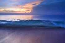 Coup de mouvement flou de vague de surf au coucher du soleil — Photo de stock