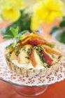 Crostata di pesche con vaniglia crema su alzata — Foto stock