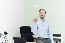 Empresário vomitando cubo branco no escritório — Fotografia de Stock