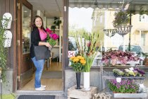 Portrait of florist in front of shop — Stock Photo
