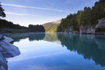 Rio e verde floresta em Sjardalen, Noruega — Fotografia de Stock