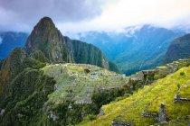 Vista elevada de ruinas en canto de la montaña de Machu Picchu, Perú - foto de stock