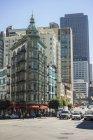 Veduta della strada della città con edifici, auto e pedoni a San Francisco — Foto stock
