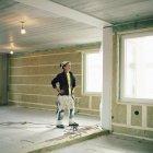 Travailleur de la construction dans les lunettes levant les yeux — Photo de stock