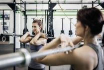 Две молодые женщины в тренажерном зале — стоковое фото