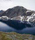 Vista panoramica delle montagne che riflettono in acqua di lago — Foto stock