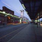 Vue de la gare centrale de Malmo avec sentiers lumineux la nuit — Photo de stock