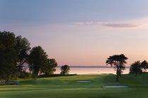 Vue de Ombergs Golf Resort près du lac Vattern au coucher du soleil — Photo de stock