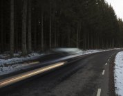 Mietwagen in schneller Geschwindigkeit auf Asphaltstraße — Stockfoto