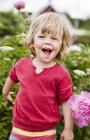 Девушка в саду смеется, избирательный фокус — стоковое фото