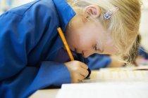 Seitenansicht des Mädchens im Klassenzimmer, selektiven Fokus schreiben — Stockfoto