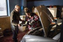 Mécanique réparation moteur de voiture, mise au point sélective — Photo de stock