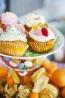 Крупним планом постріл барвистих кекси на cakestand — стокове фото