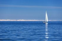Вид спереди на лодку, плывущую в полном море — стоковое фото