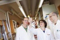 Scientifiques examinant les produits chimiques, ciblage sélectif — Photo de stock