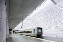 Платформа метро и размытый движущийся поезд — стоковое фото