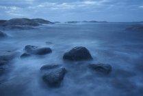 Tir longue exposition des ondes de tempête sur le littoral — Photo de stock