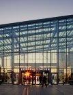Ingresso illuminato dal sole alla Stazione Centrale con persone, Malmo — Foto stock